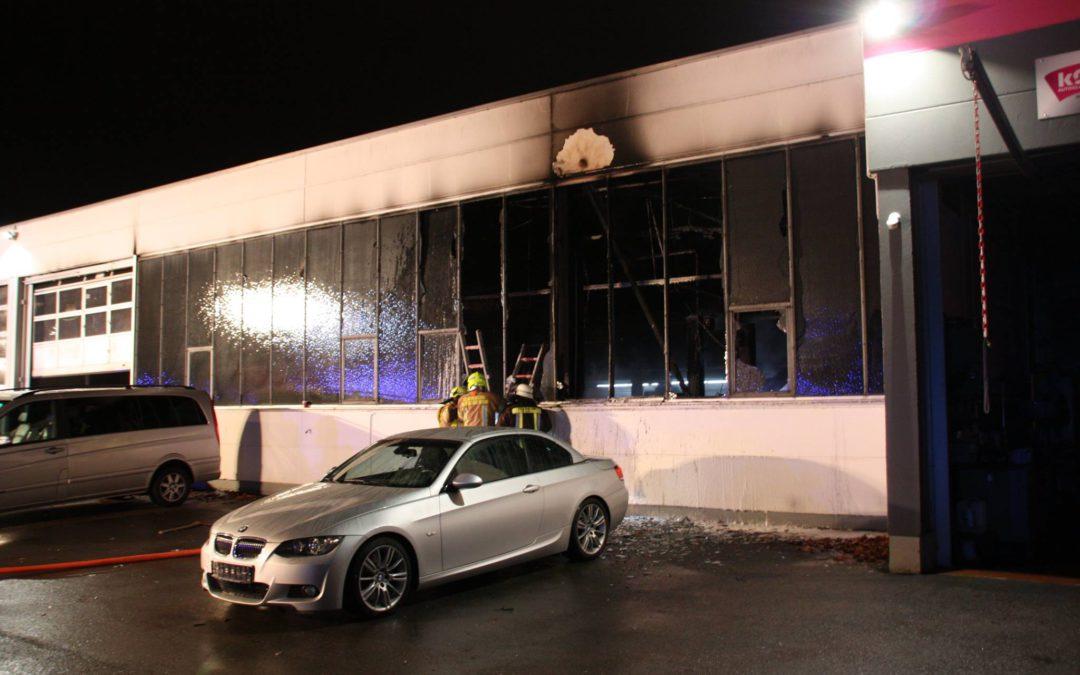 Großeinsatz statt Weihnachtsfeier – schadensträchtiger Brand in KFZ-Werkstatt