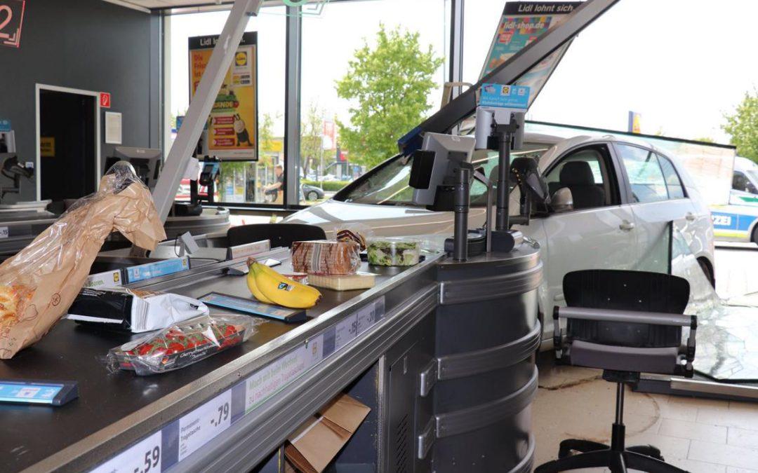 VU: PKW in Supermarkt