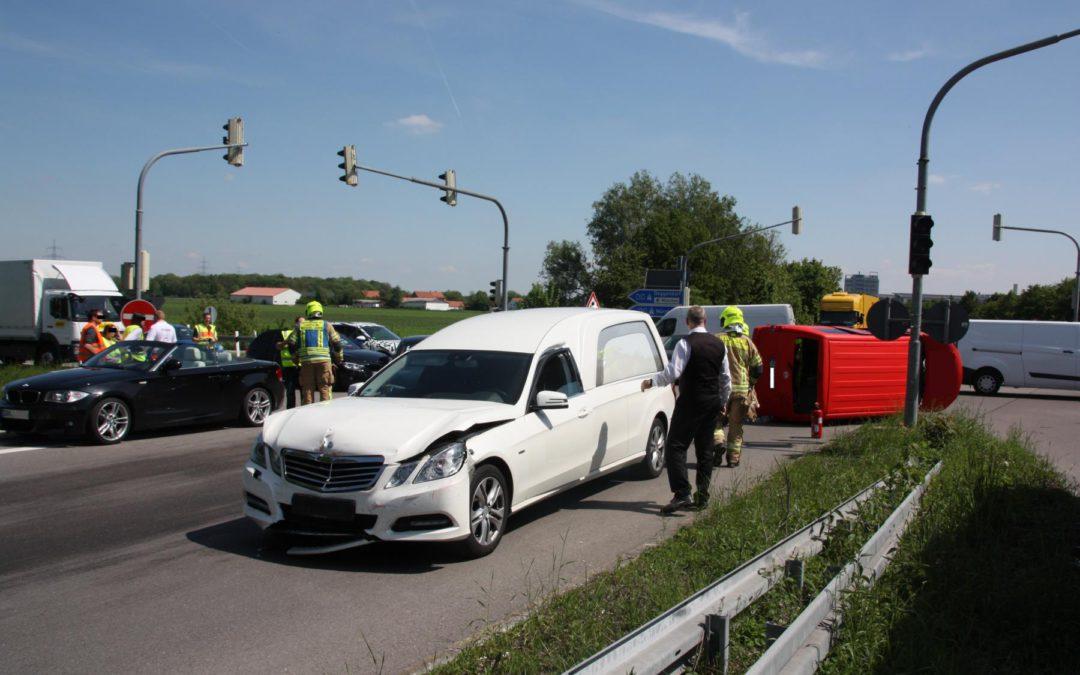 Verkehrsunfall mit Leichenwagen