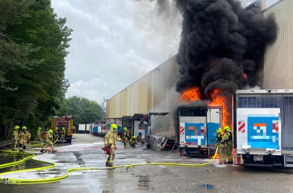 Mehrere brennende LKW's auf Firmengelände